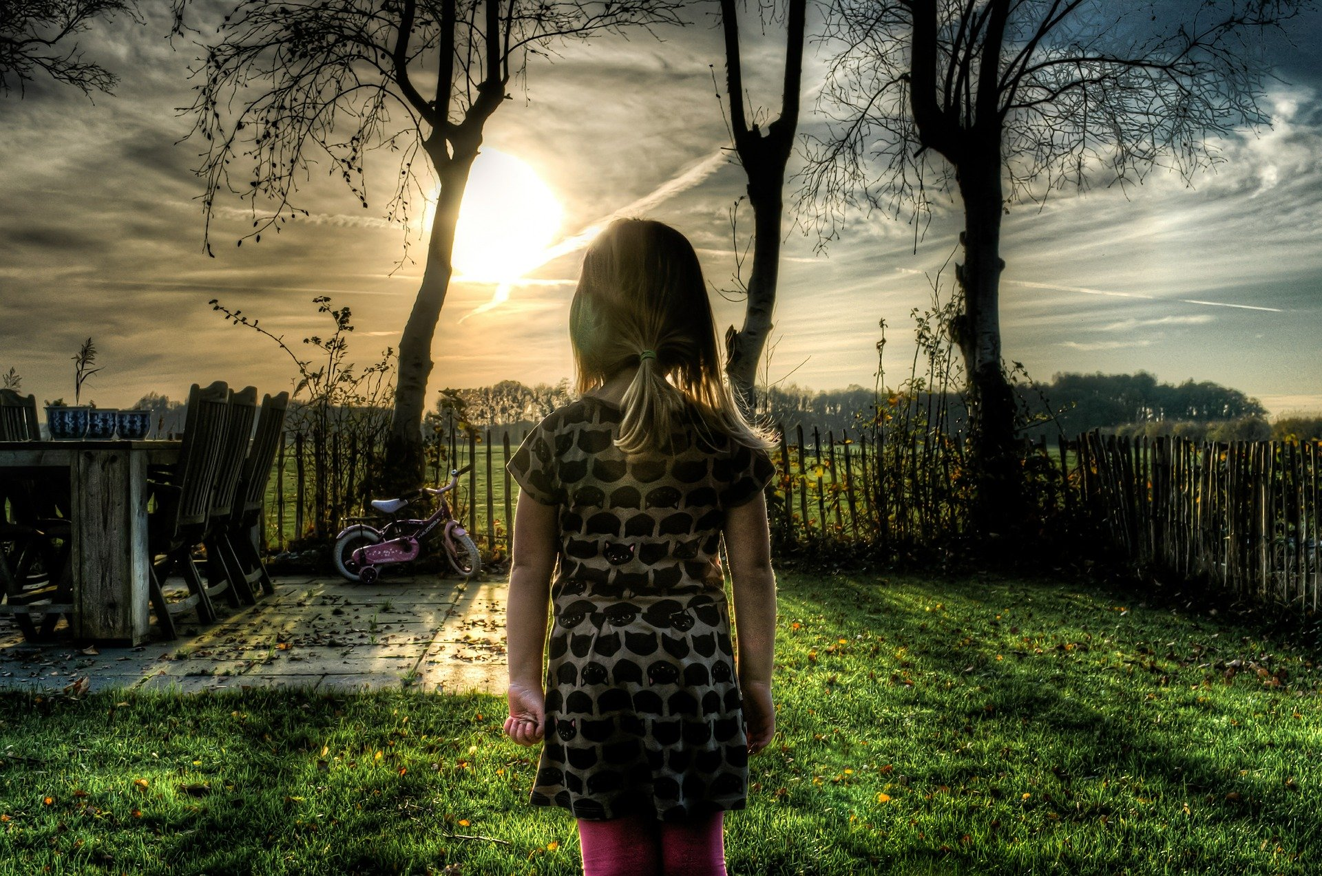 dívka na zahradě