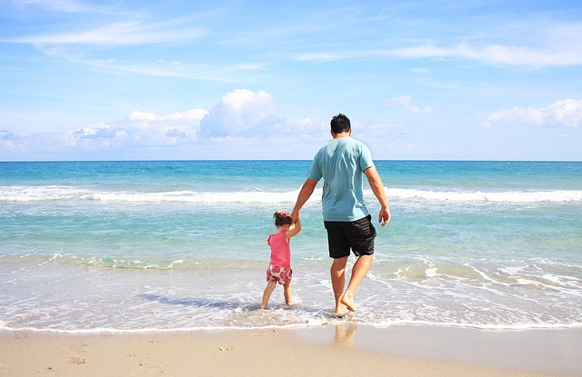 otec a dcera na pláži