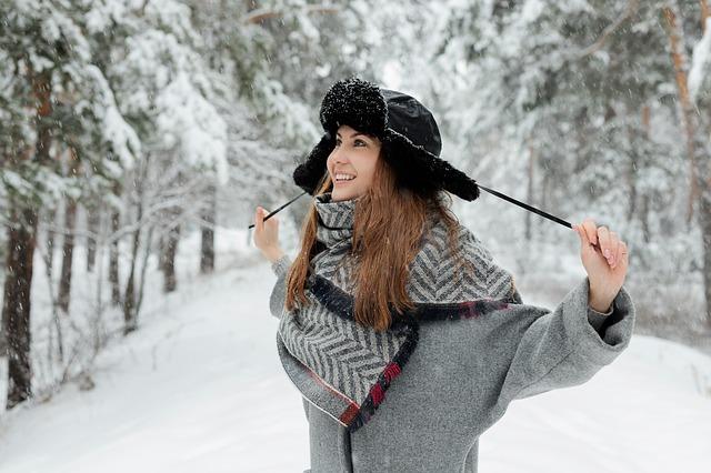 dívka v zimním kabátu