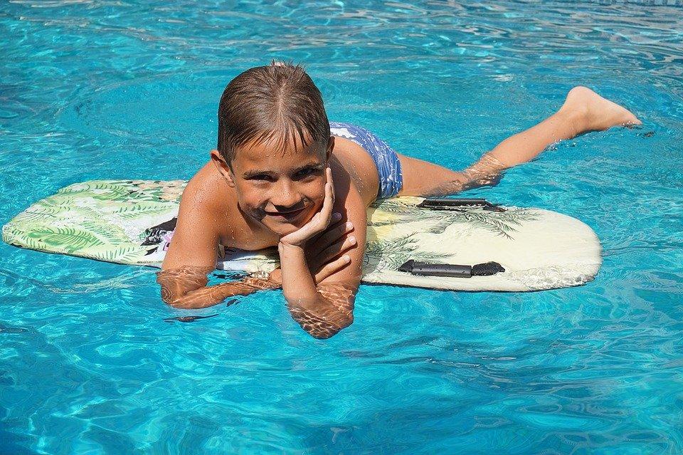 kluk v bazénu