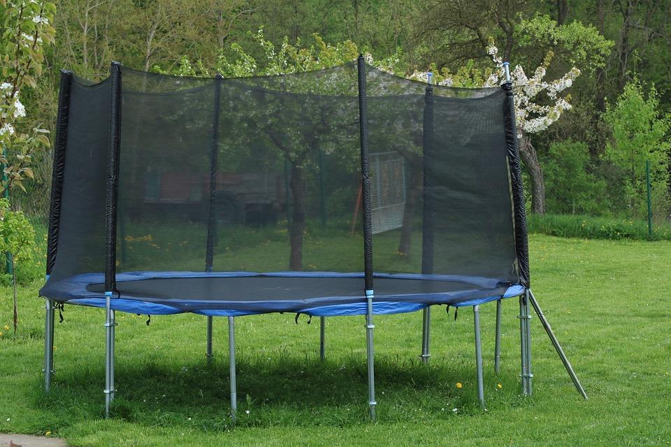 Nejdůležitější zabezpečovací prvky na zahradní trampolíny